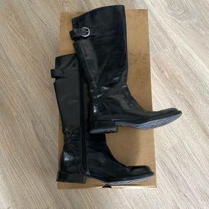 Born mid-thigh black boots